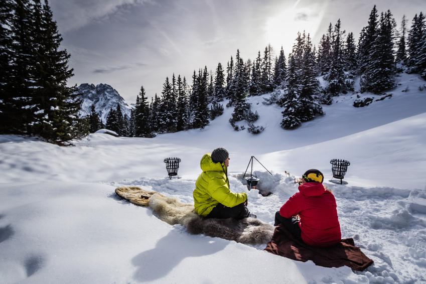 Wintercamping mit Grillen im Schnee