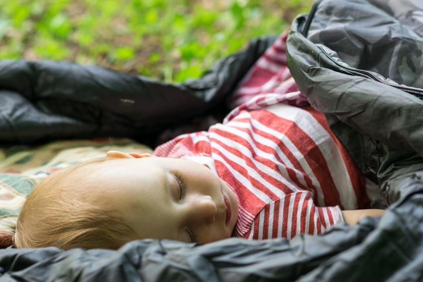 Elternzeit, Urlaub mit Familie, Campen mit Baby, Campingurlaub mit Baby, Baby im Schlafsack