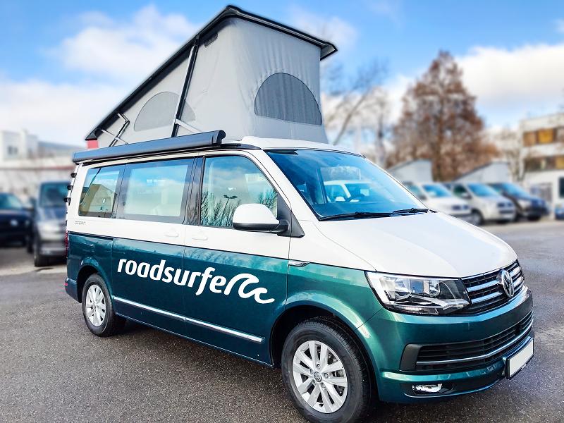 VW Camper in München mieten, VW T6 California, roadsurfer, Der Aussteiger, mit Aufstelldach, zweifarbig, weiß petrolgrün, Front und Seite, six, Generation six, Campingbus Vermietung München