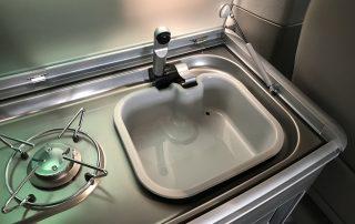 VW T6 California Innenausstattung Spülbecken mit Wasseranschluss und Gasherd und Abdeckplatte