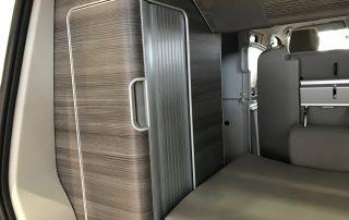 VW T6 California Innenraum Heck Kofferraum Seitenschrank mit Rollo und Dachfach