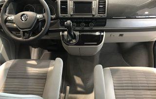 VW T6 California Fahrer- und Beifahrerraum mit drehbaren Vordersitzen