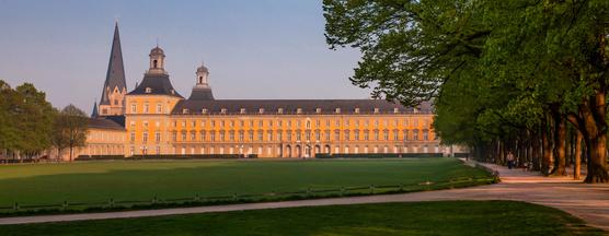 Universität Bonn mit Bonner Münster im Hintergrund