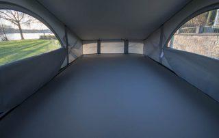 VW T6 California Ocean Innen Dachbett oben im Aufstelldach, Fenster mit Moskitonetz geöffnet