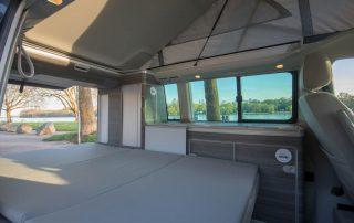 VW T6 California Ocean Innen Bett mit Komfortschlafauflage unten, Dachbett oben hochgeklappt