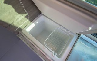 VW T6 California Ocean Innen Kühlschrank innen mit Einhängung