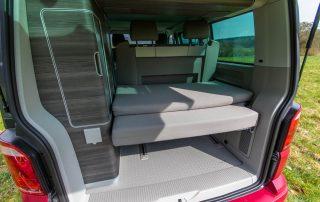 VW T6 California Ocean Kofferraum mit Heckschrank links und Schlafauflage geklappt