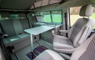 VW T6 California Ocean Innenraum mit drehbaren Vordersitzen und Essgelegenheit