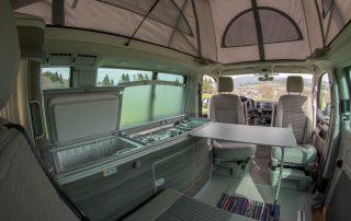 VW T6 California Ocean Innen Küchenzeile und Essgelegenheit aus Heckansicht