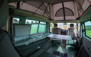 VW T6 California Ocean Innenraum mit Kühlschrank und Küchenzeile und Stehhöhe (ausgeklapptes Aufstelldach)