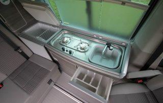 VW T6 California Ocean Innen Küchenzeile mit Kühlschrank, Herd, Spüle und Besteckschublade