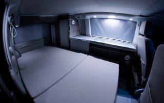 VW T6 California Ocean Schlafbank mit Komfortschlafauflage und Verdunkelungsrollos sowie Innenbeleuchtung