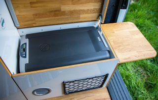 VW T6 Camper Einsteiger Kühlbox mit Außenklapptisch und Deckel als Sitzmöglichkeit