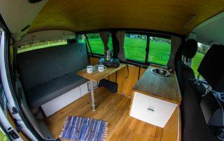 VW T6 Camper Einsteiger Wohnraum mit 3er Rückbank und Tisch
