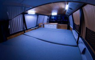 VW T6 Camper Einsteiger Bettbank aus der Heckansicht mit Küchenzeile innen