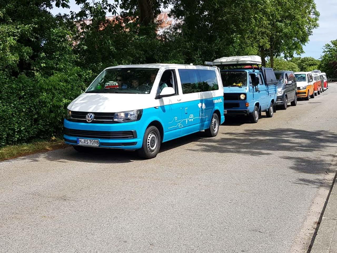Der roadsurfer führt die Bulliparade an ;-) (Foto: Martina + Sascha)