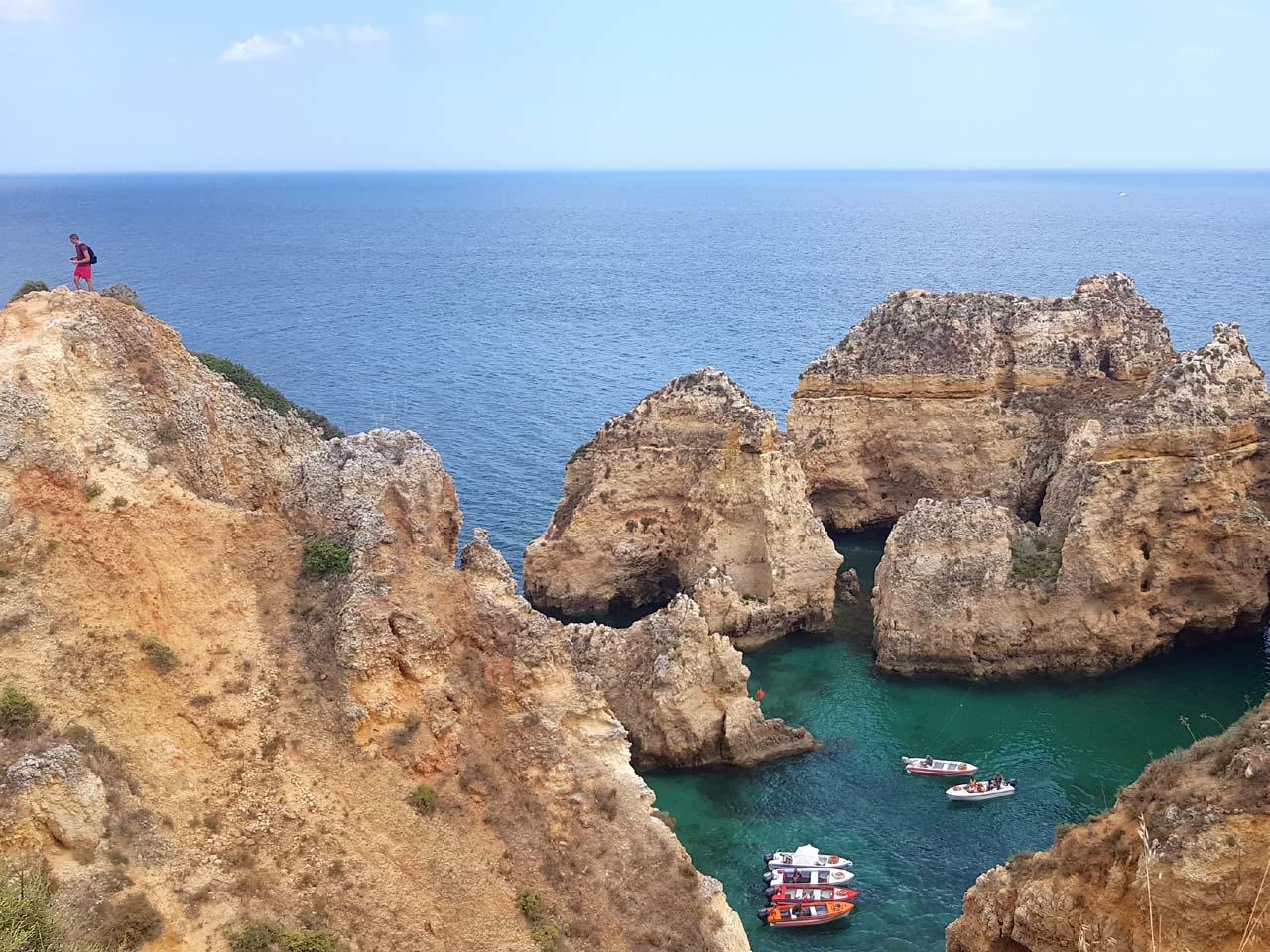 Typischer Ausblick an der Algarve – wer einen Campervan mietet, kann so nah dran sein