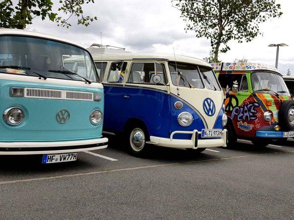 Die guten alten VW Bullis präsentieren sich in Wolfsburg (Foto: Jens L. Heinrich/wolfsburgbilder.de)