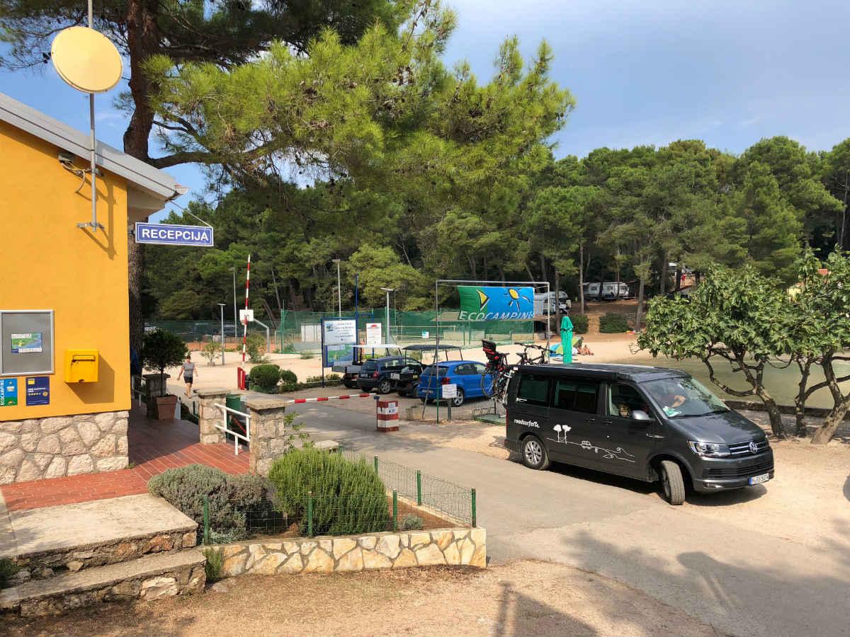 Mit dem Campervan vor dem Campingplatz Baldarin auf Cres.
