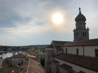 Camping in Kroatien: Blick über die historischen Dächer von Krk.