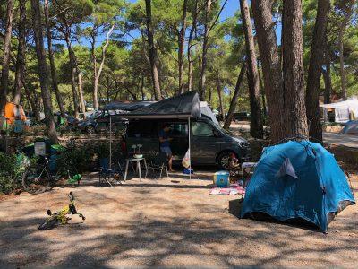 Camping in Kroatien: Schattiger Stellplatz auf Camping Cikat.