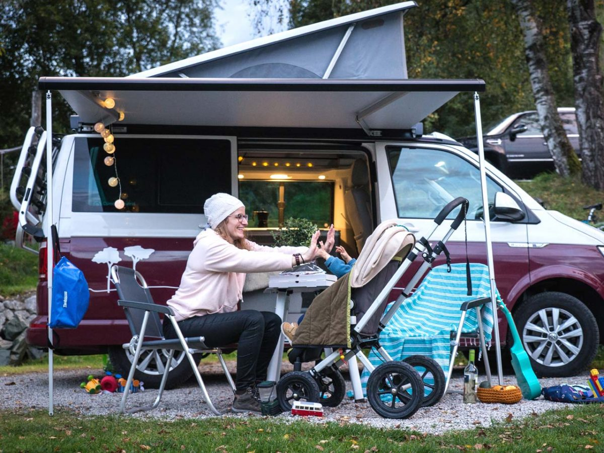 Camping mit Kleinkind: Vor dem roadsurfer (Bild: Lea Wacker)