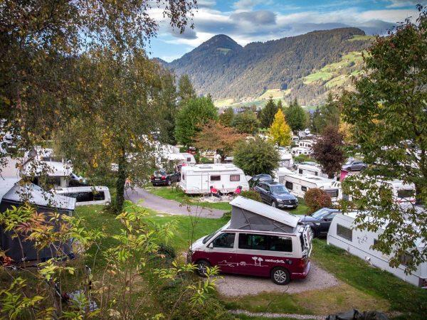 Camping mit Kleinkind: Der Bulli vor tollem Bergpanorama (Bild: Lea Wacker)