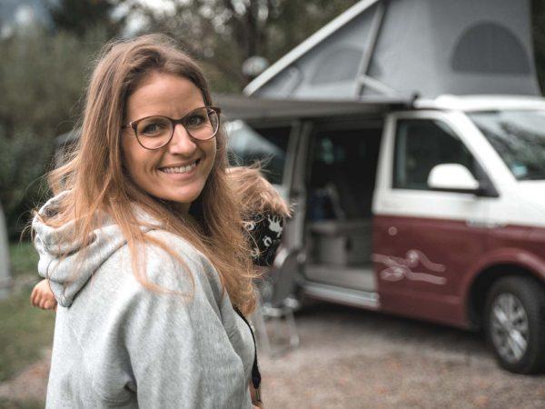 Camping mit Kleinkind: Mit dem Kleinen vor dem Bulli (Bild: Lea Wacker)