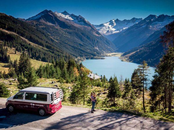 Camping mit Kleinkind: Auch der roadsurfer schint sich zu freuen ;-) (Bild: Lea Wacker)