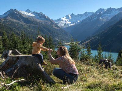 Camping mit Kleinkind: Mama und Sohn genießen die tolle Natur (Bild: Lea Wacker)