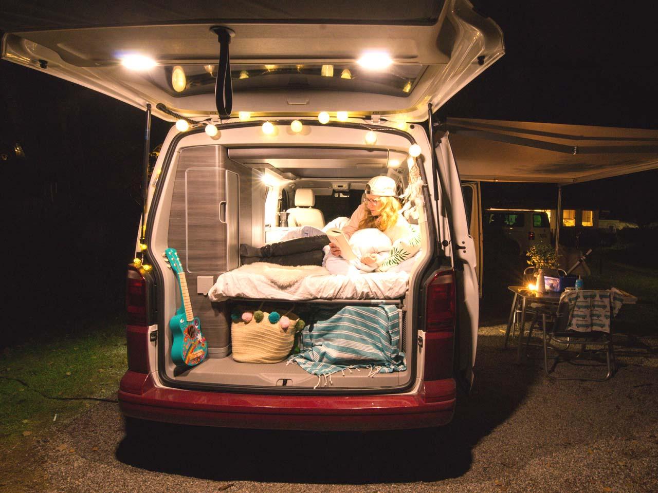 Camping mit Kind: Immer wieder ein Highlight: Schlafen im Bulli (Bild: Lea Wacker)