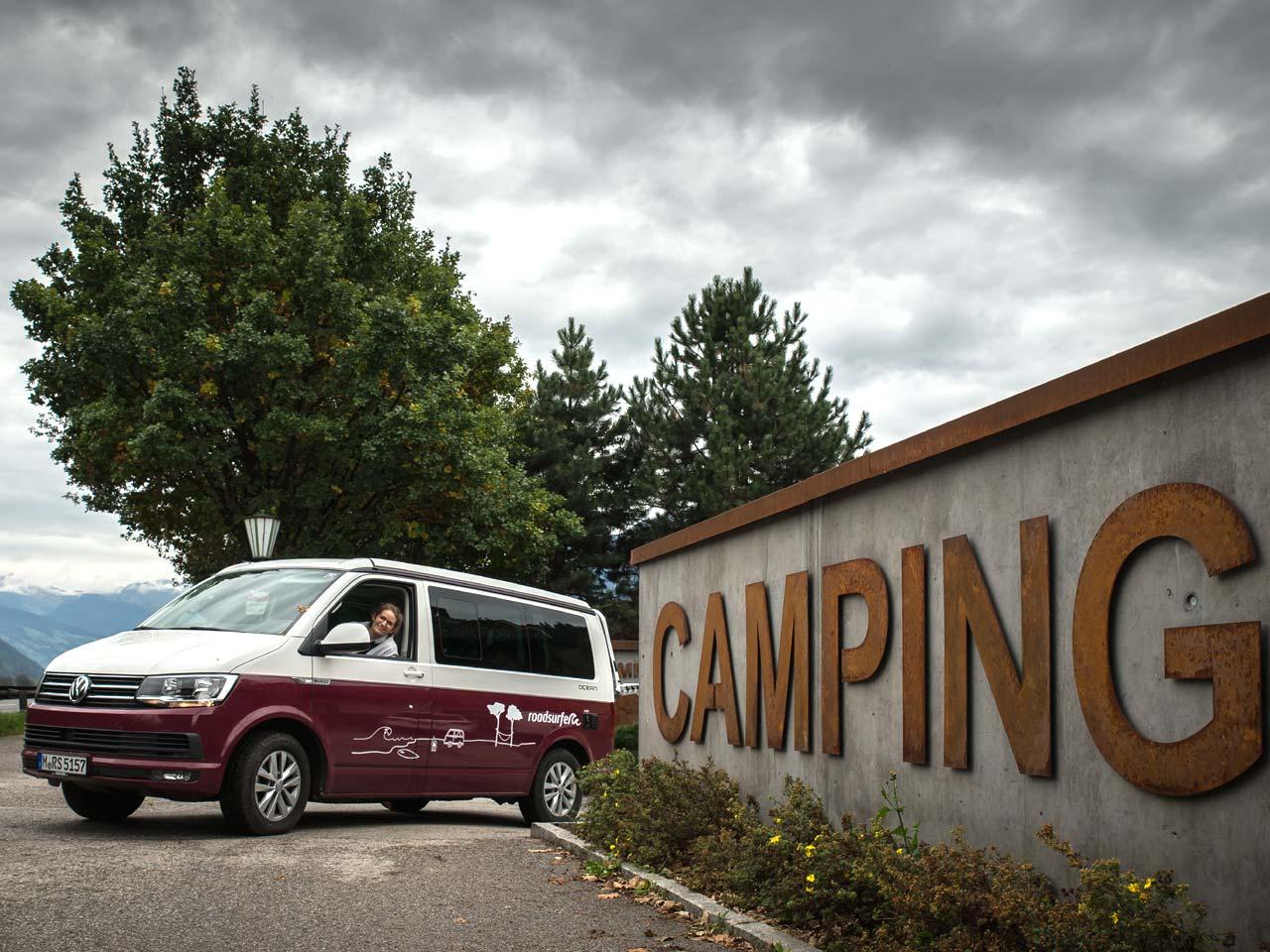 Camping mit Kind: Im roadsurfer vor dem Campingplatz (Bild: Lea Wacker)