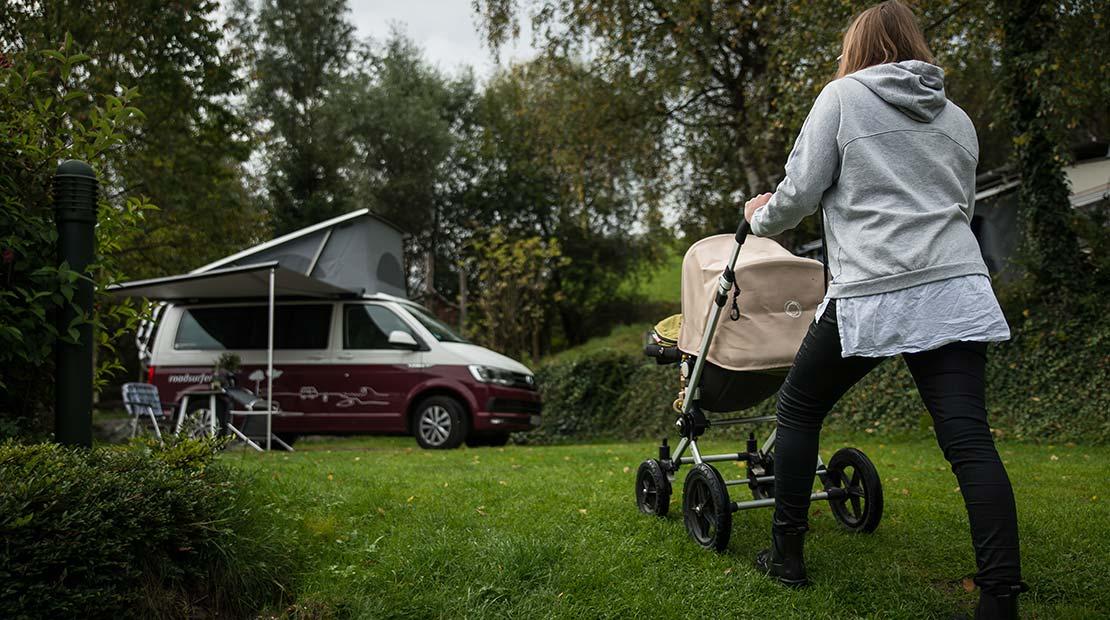 Camping mit Kleinkind Mama Kind Kinderwagen Bus