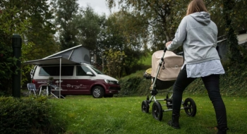 Camping with a baby Mama Kind Kinderwagen Bus