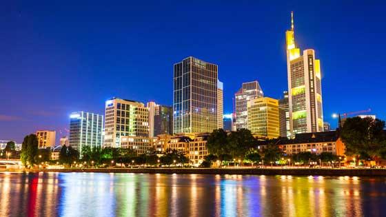 Campingbus mieten Frankfurt Skyline Nacht