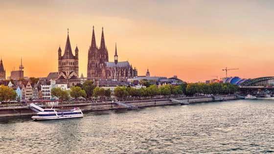 Campingbus mieten Köln Dom Abends