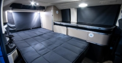roadsurfer Travel Home Mercedes Marco Polo mieten Bett mit Jalousien geschlossen