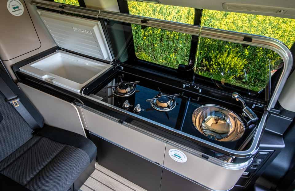 roadsurfer Travel Home Mercedes Marco Polo Küchenzeile