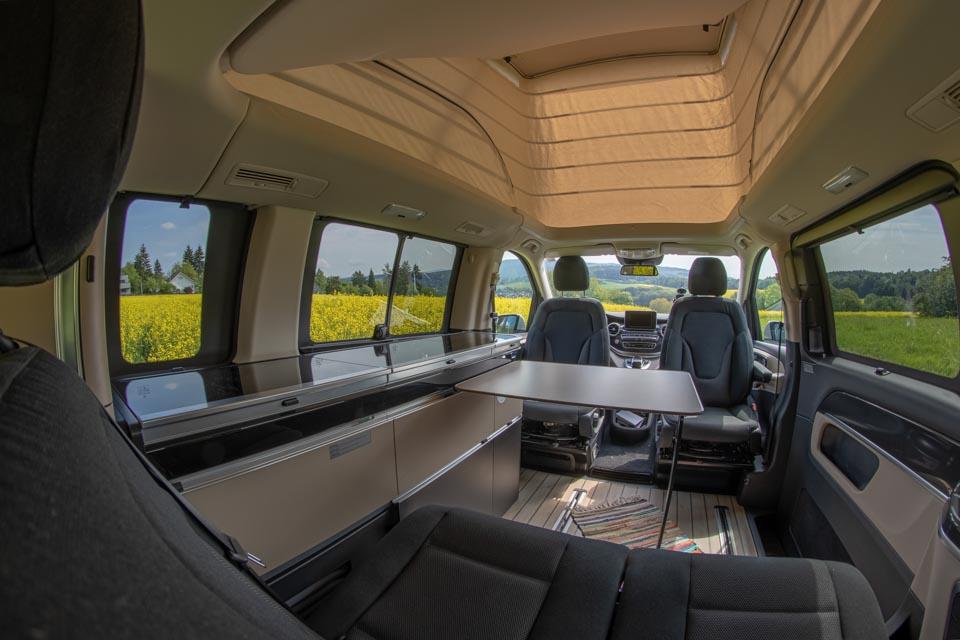 roadsurfer Travel Home Mercedes Marco Polo mieten Innenraum mit Tisch
