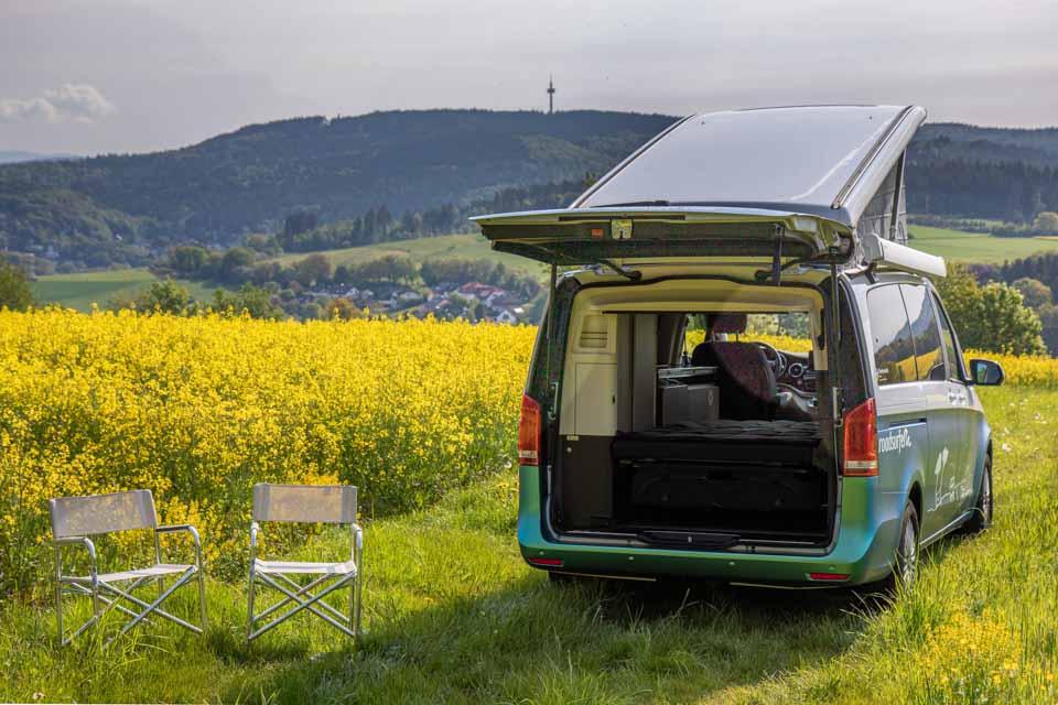 roadsurfer Travel Home Mercedes Marco Polo mieten Camping im Grünen