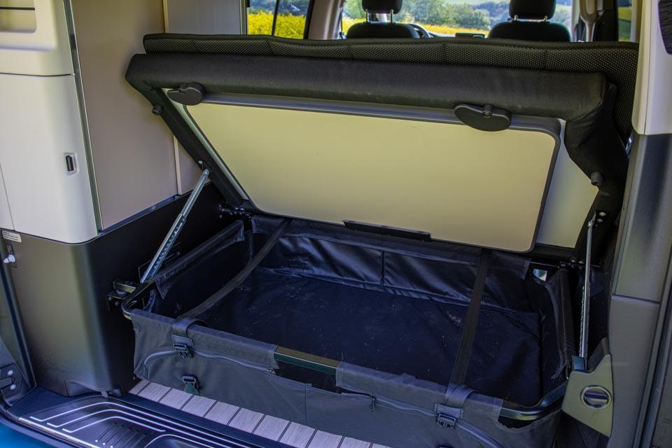 roadsurfer Travel Home Mercedes Marco Polo Kofferraum Stauraum Tisch und Stühle