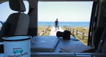 roadsurfer mug with beach background
