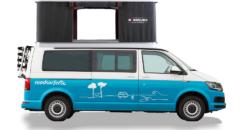 VW Camper mit Dachzelt Seite mit Dachzelt montiert Beach Hostel