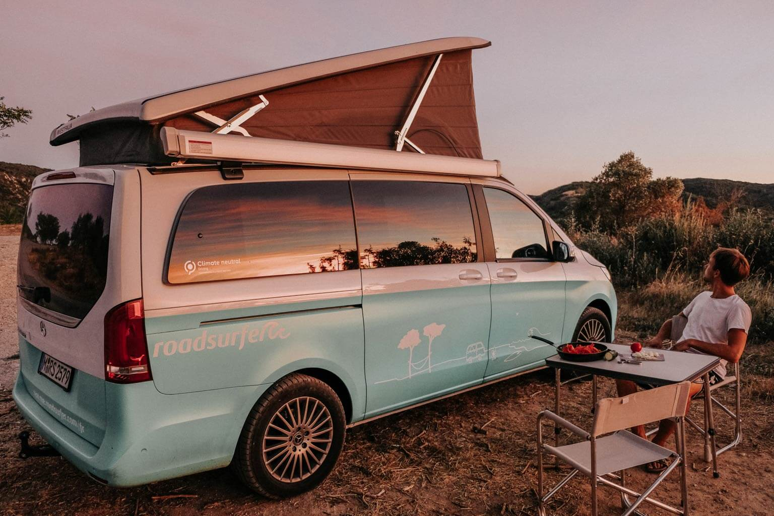 roadsurfer Camper im Abendrot