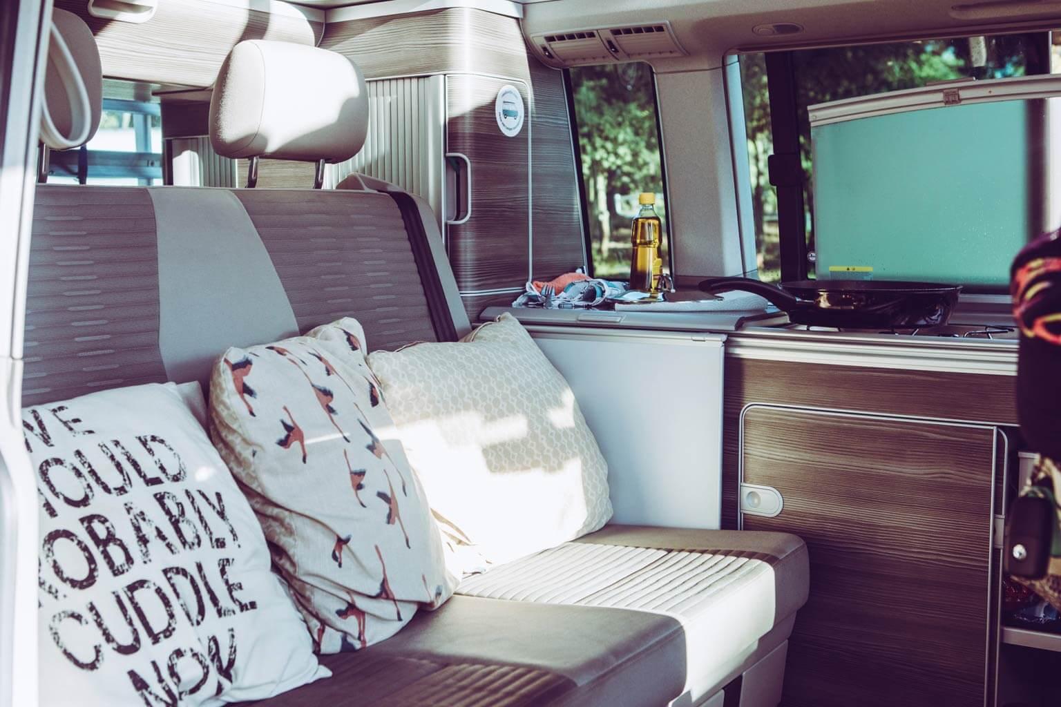 Gemütlicher Sitzbereich im Camper