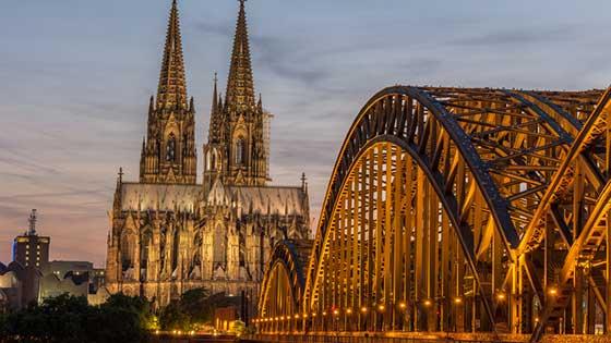 camper rental köln Rheinbrücke Dom Nacht