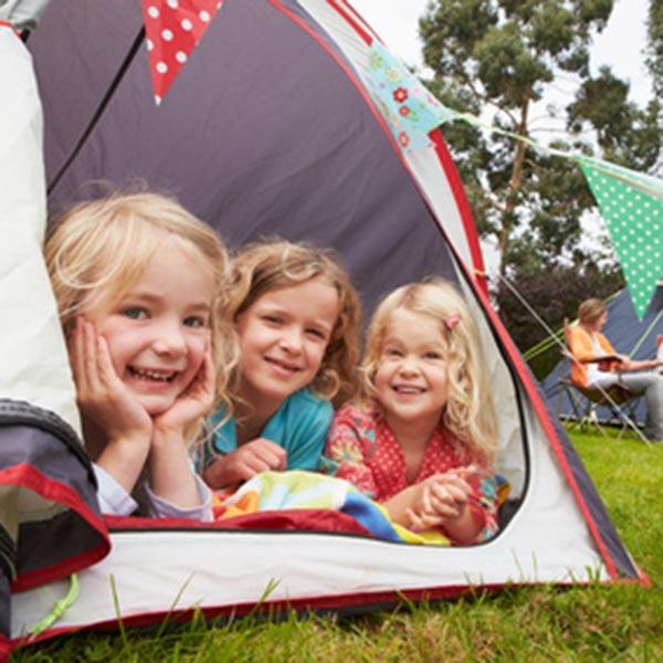 Camping - Enfants dans une tente