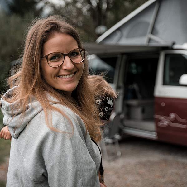 Maman heureuse - Camping avec enfants