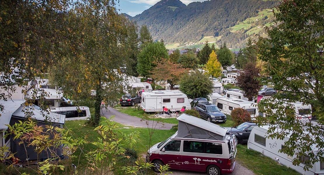 Camper de roadsurfer en camping