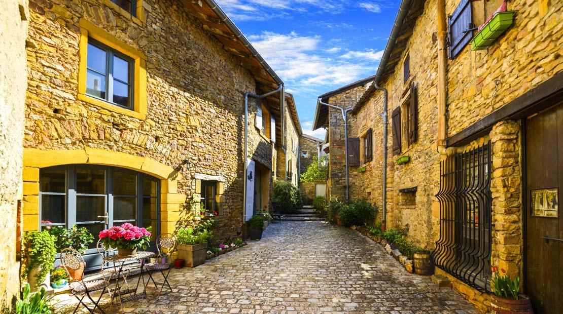 Location d'un campervan à Lyon : visiter Oingt sur la route des Pierres Dorées